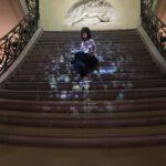 Sabrina sulla bellissima scala della Galleria dei Gobelins