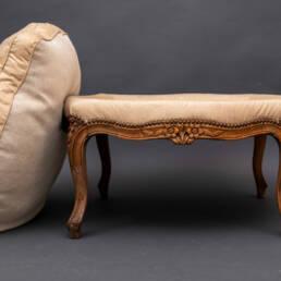 Repose-pied rembourré en chêne style Louis XV