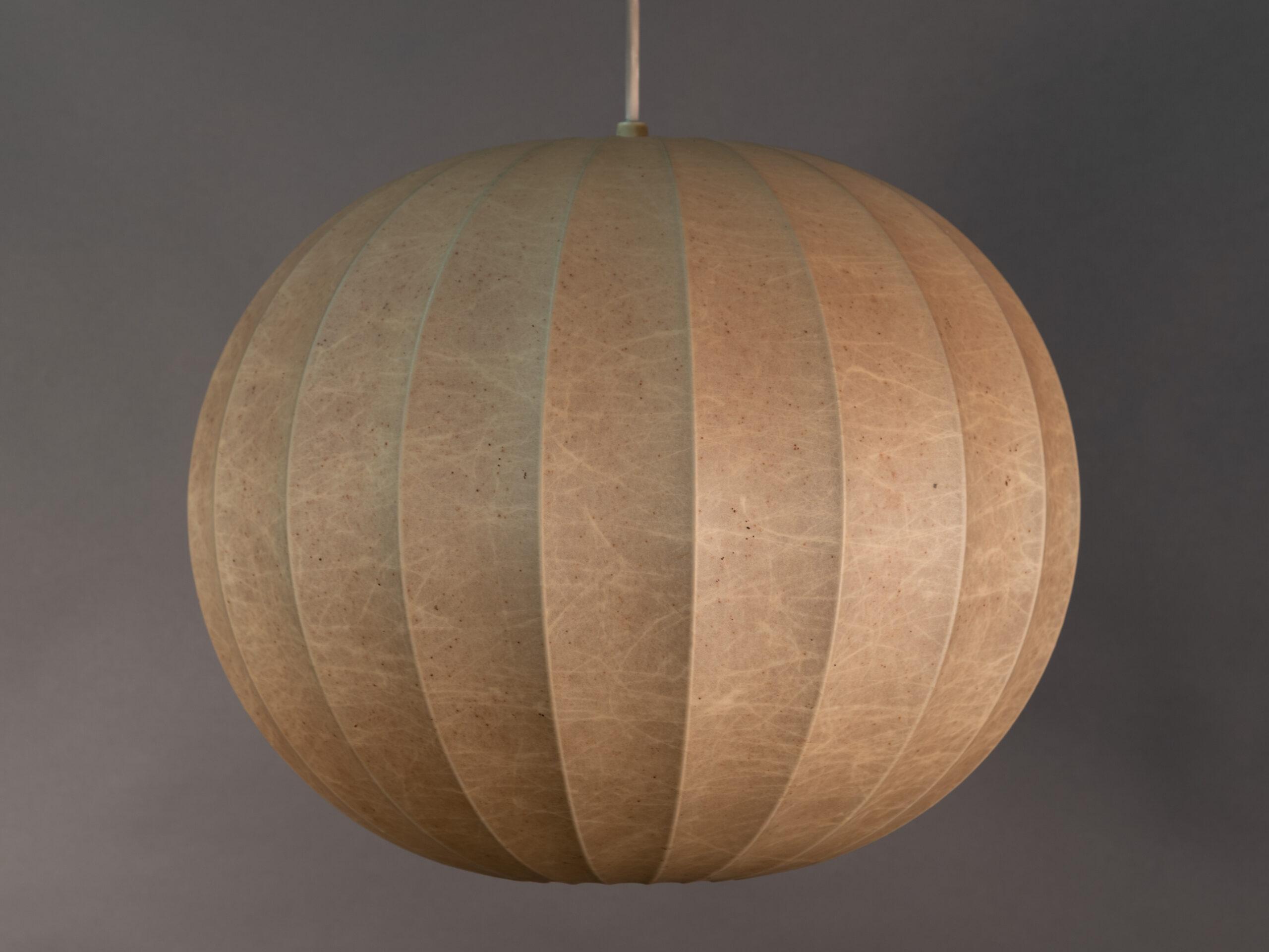 Sospensione a sfera con diffusore in cocoon